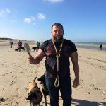 Prêt à jouer dans le sable avec son chien