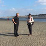 Promeneurs en pleine discussion à la mer