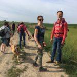 Un malinois photographié avec des promeneurs