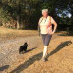 Maître et chien profitent du soleil