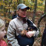 Chiot Rottweiler profitant d'être à bras