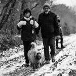 Petit chien et ses propriétaires