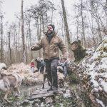 Husky et des marcheurs