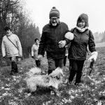 Petit chien et ses maîtres