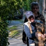 Julie Willems faisant un câlin à un chien