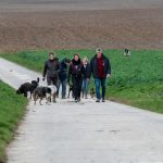 Promeneurs dans la campagne