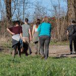 Groupe de promeneurs de dos
