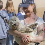 Julie Willems avec un chien dans les bras